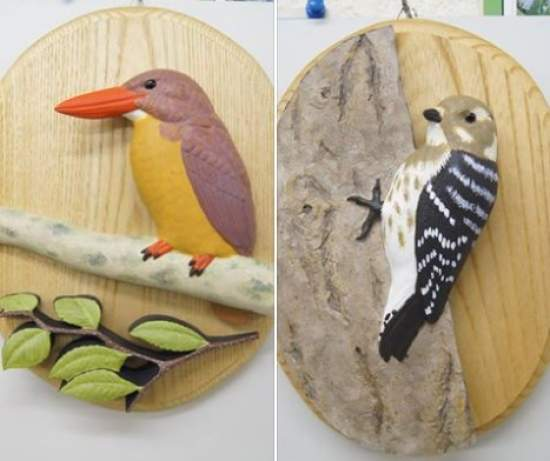 講師作品のオーダーレリーフです。教室では、動物たちともに作品もご覧いただけます。