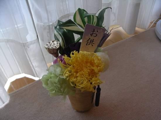 (アレンジ一例)最近の人気の仏花のキットです。手作りの作品をお仏壇などに年中置くことが出来ます。