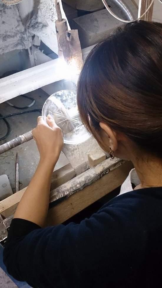 透明なお皿は初心者の方も作業をしていただきやすいです。