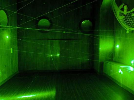 海賊たちは船内にレーザーも仕掛けました。スイッチをみつけて、レーザーを切ろう。