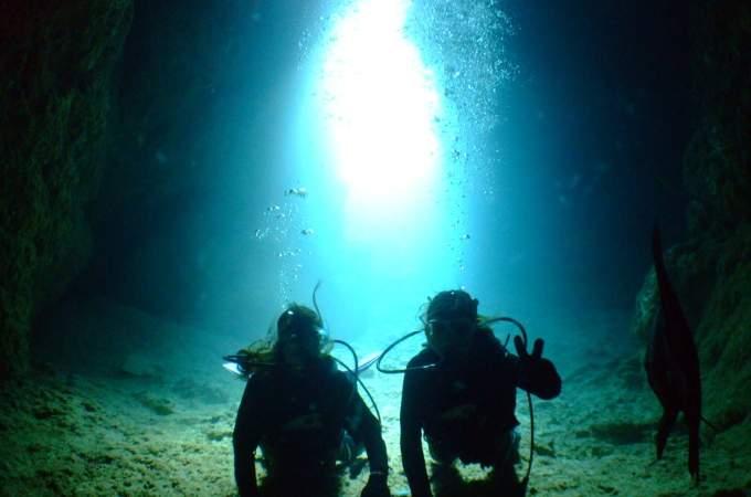 ボートで行く!貸切・青の洞窟体験ダイビング